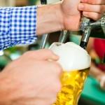Festwirt zapft Bier